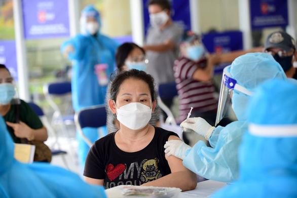 Sở Y tế TP.HCM chỉ đạo tạm ngừng tiêm vắc xin Pfizer lô FK0112 trong chiều 28-9 - Ảnh 1.
