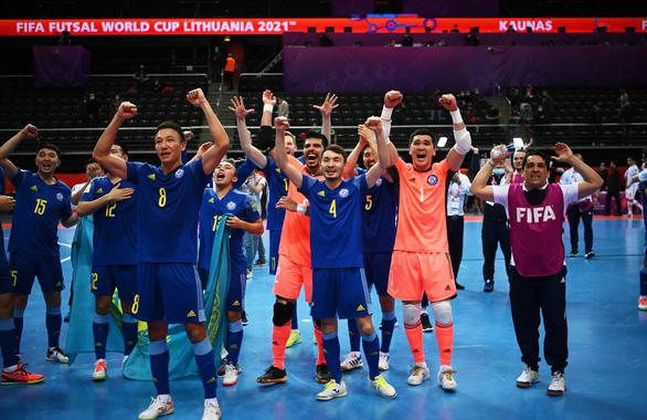 Lội ngược dòng thắng Iran, Kazakhstan vào bán kết gặp Bồ Đào Nha ở Futsal World Cup - Ảnh 1.