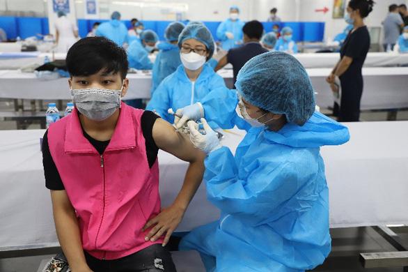 Lại thêm 400.000 liều vắc xin ở Bắc Ninh nằm kho, chưa thể tiêm vì thiếu giấy xuất xưởng - Ảnh 1.