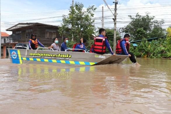 Bangkok và các tỉnh lân cận báo động vì lũ - Ảnh 1.