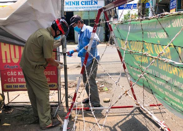 Người dân TP.HCM vui mừng, cảm ơn khi hàng rào chắn nhiều nơi tiếp tục được tháo dỡ - Ảnh 3.