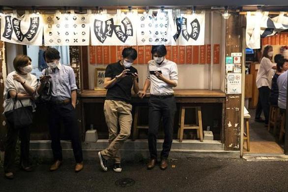 Số ca COVID-19 giảm mạnh, Nhật Bản mở cửa cho dân sống về đêm - Ảnh 1.