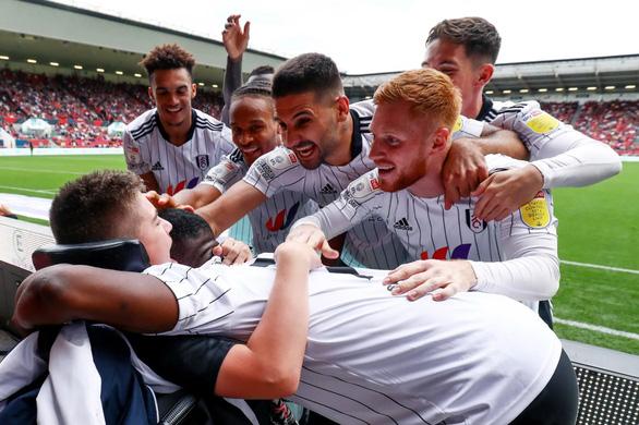 Fulham đốn tim khán giả với cầu thủ bại não - Ảnh 1.