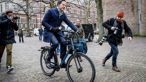 Vị thủ tướng đạp xe đi làm của Hà Lan bị xã hội đen dọa bắt cóc - Ảnh 1.