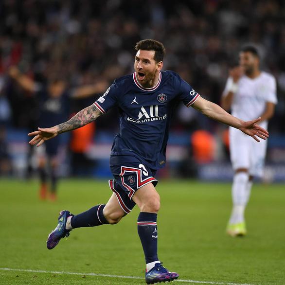 Khoảnh khắc Messi tỏa sáng, ghi bàn đầu tiên trong màu áo PSG - Ảnh 2.