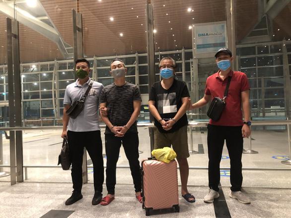 Bàn giao 2 người Hàn Quốc bị truy nã quốc tế cho cảnh sát Hàn Quốc - Ảnh 1.