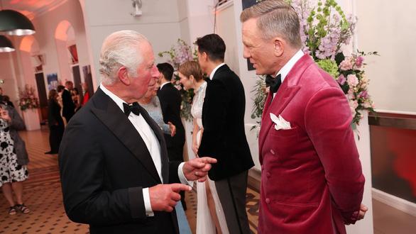 Vợ chồng hoàng tử William và Hoàng gia Anh lên thảm đỏ lễ ra mắt No Time To Die - Ảnh 3.