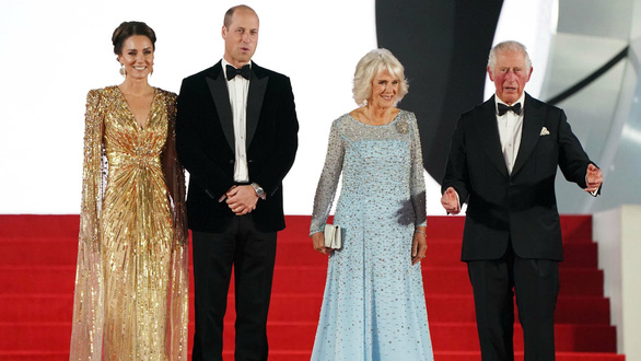 Vợ chồng hoàng tử William và Hoàng gia Anh lên thảm đỏ lễ ra mắt No Time To Die - Ảnh 2.