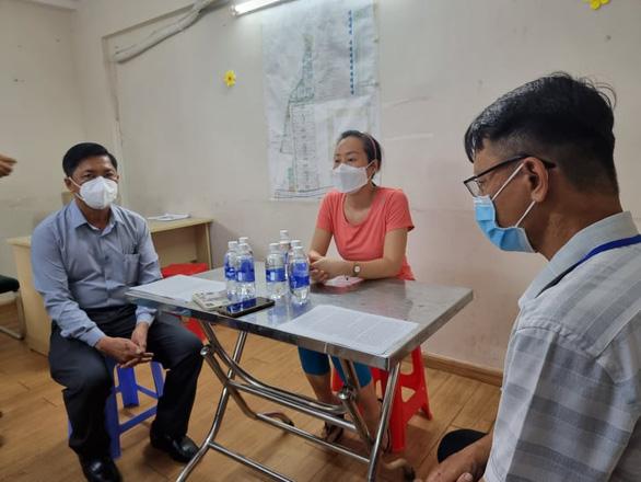 Bí thư phường xin lỗi công khai người phụ nữ bị cưỡng chế xét nghiệm COVID-19 - Ảnh 1.
