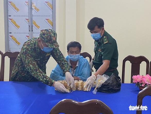 Điều tra vụ vận chuyển 2,2kg kim loại nghi là vàng trị giá hơn 2,7 tỉ qua Campuchia - Ảnh 1.