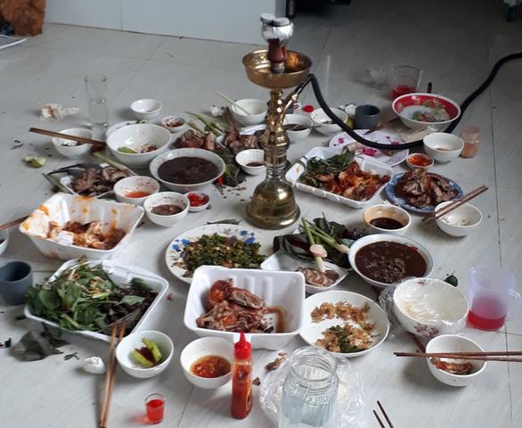 8 thanh niên ăn nhậu ngày lễ, mỗi người nộp phạt 15 triệu đồng - Ảnh 1.