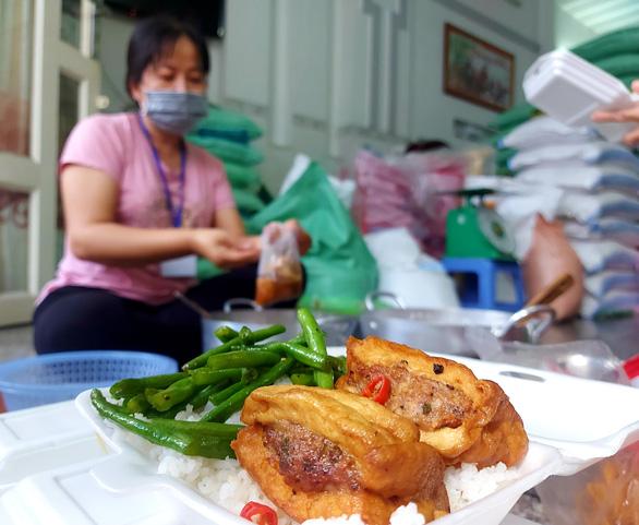 Bữa cơm yêu thương ở Cần Thơ cho các chốt chống dịch - Ảnh 2.