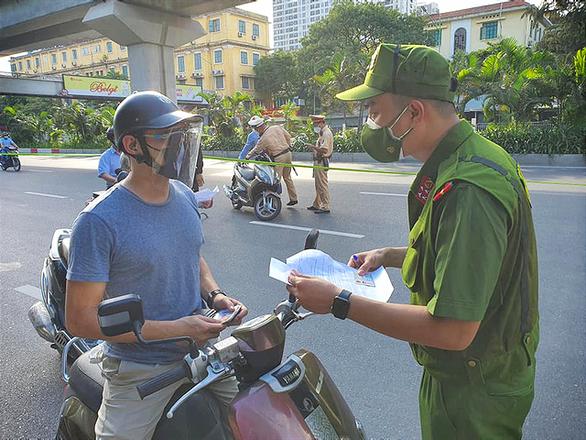 Công an Hà Nội sẽ cấp, kiểm tra giấy đi đường có nhận diện qua mã QR Code - Ảnh 1.