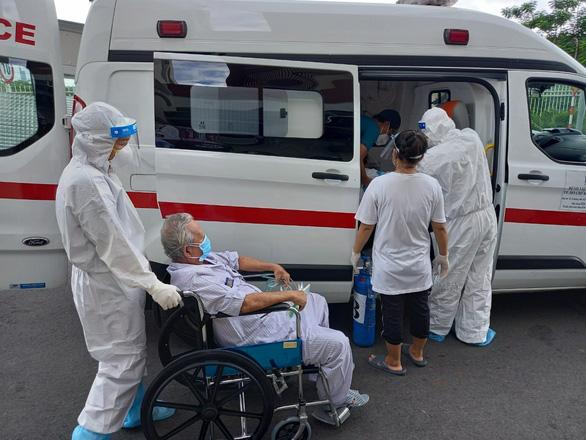 18 bệnh nhân COVID-19 lớn tuổi, nhiều bệnh nền được xuất viện - Ảnh 2.
