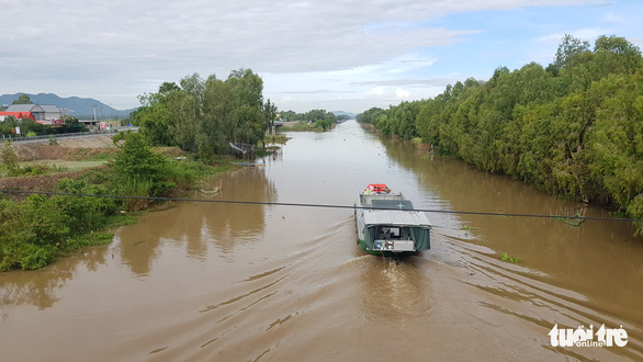 Nước phù sa cuồn cuộn trên kênh Vĩnh Tế nhưng lũ dự báo về trễ hơn 1 tháng - Ảnh 1.