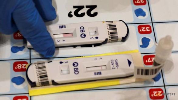 Singapore kêu gọi dân thường xuyên tự xét nghiệm COVID-19 - Ảnh 1.