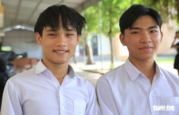 Đôi bạn mồ côi ở Hà Tĩnh được ĐH Huế tặng học phí, tiền và máy tính - Ảnh 1.