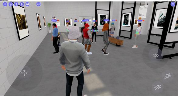 Ngắm tranh, trò chuyện với nhau khi tham quan triển lãm thực tế ảo - Ảnh 2.