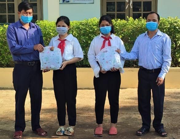 Thủy điện A Vương tặng đồng phục cho học sinh miền núi đến trường - Ảnh 1.