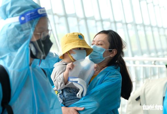 Đưa gần 500 thai phụ và người thân về Lâm Đồng bằng máy bay - Ảnh 4.
