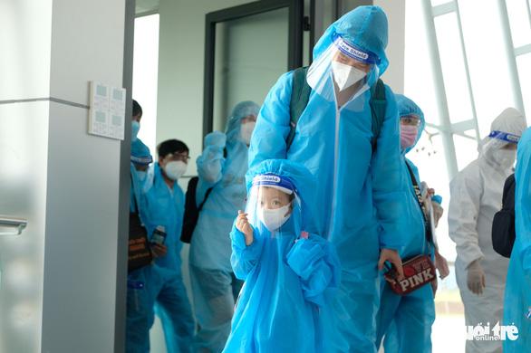 Đưa gần 500 thai phụ và người thân về Lâm Đồng bằng máy bay - Ảnh 1.