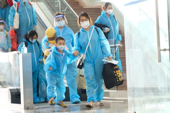 Đưa gần 500 thai phụ và người thân về Lâm Đồng bằng máy bay - Ảnh 3.