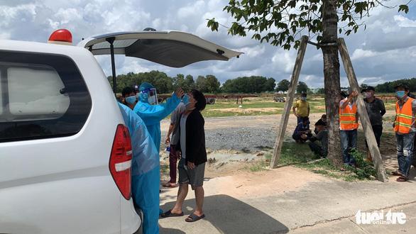 8 công nhân nghi dương tính dùng giấy âm tính SARS-CoV-2 trước đó để về nhà - Ảnh 1.