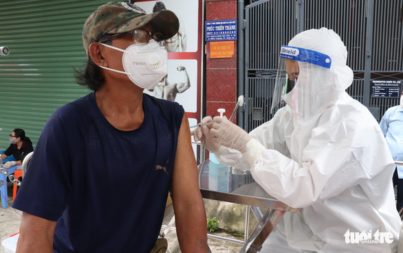TP.HCM: Những ai được tiêm vắc xin mũi 2 đến ngày 15-9? - Ảnh 1.