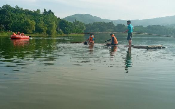 Lật bè trên hồ sâu 9 mét, 2 người chết đuối - Ảnh 1.