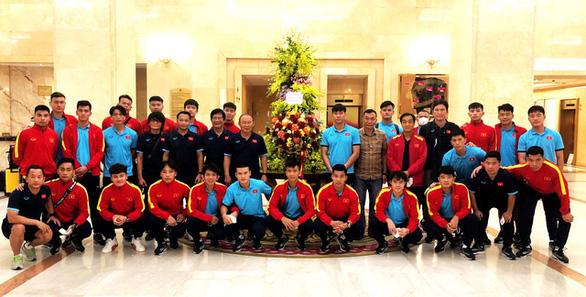 Đội tuyển Việt Nam vừa về đến Hà Nội đã nhận hoa tặng của Chủ tịch nước - Ảnh 1.