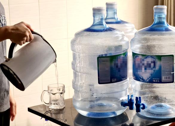 Dân không mua được nước bình vì đại lý không được cấp giấy đi đường - Ảnh 1.