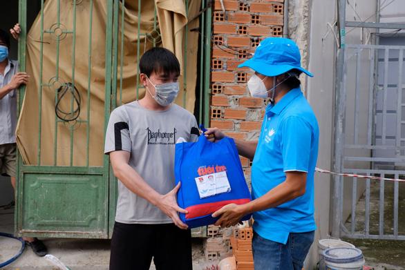 Cùng Tuổi Trẻ mang quà cứu trợ đến người dân khó khăn - Ảnh 4.
