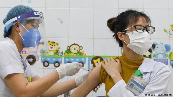 Vì sao châu Âu viện trợ nhiều vắc xin cho Việt Nam? - Ảnh 1.