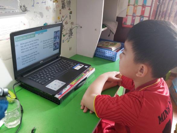 Thủ tướng: Ưu tiên hỗ trợ học sinh khó khăn không có phương tiện học trực tuyến - Ảnh 1.
