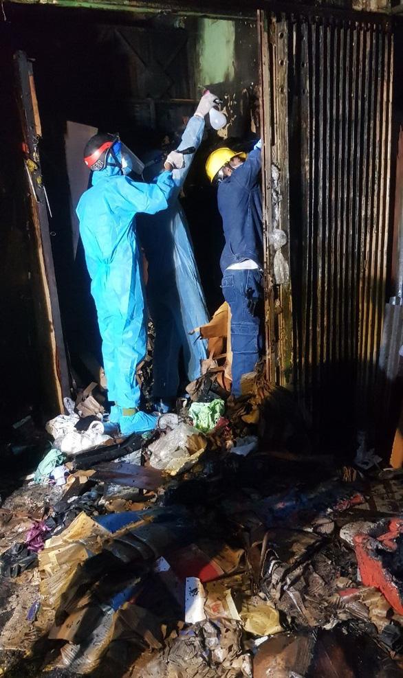 Cứu cụ bà 73 tuổi F0 vừa xuất viện thoát khỏi đám cháy ở quận 5 - Ảnh 2.