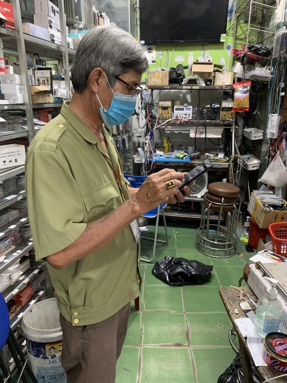 Mất điện thoại khi đi chợ hộ, tổ trưởng được tặng ngay điện thoại mới - Ảnh 2.