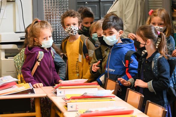 Các nước mở cửa lại trường học ra sao khi biến thể Delta vẫn đe dọa? - Ảnh 2.