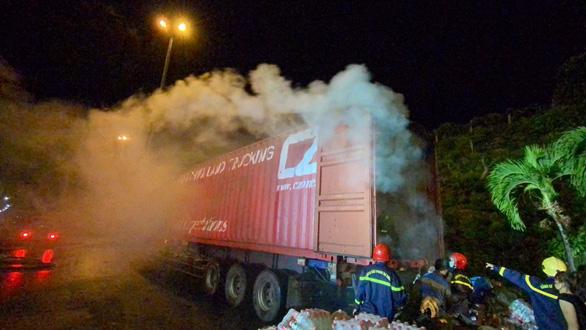 Xe container chở hàng bốc khói ngùn ngụt trước cửa hầm Hải Vân - Ảnh 1.