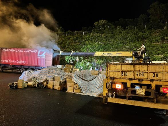 Xe container chở hàng bốc khói ngùn ngụt trước cửa hầm Hải Vân - Ảnh 4.