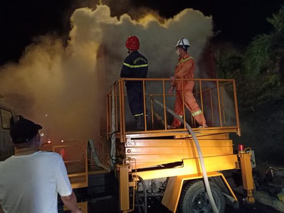 Xe container chở hàng bốc khói ngùn ngụt trước cửa hầm Hải Vân - Ảnh 3.