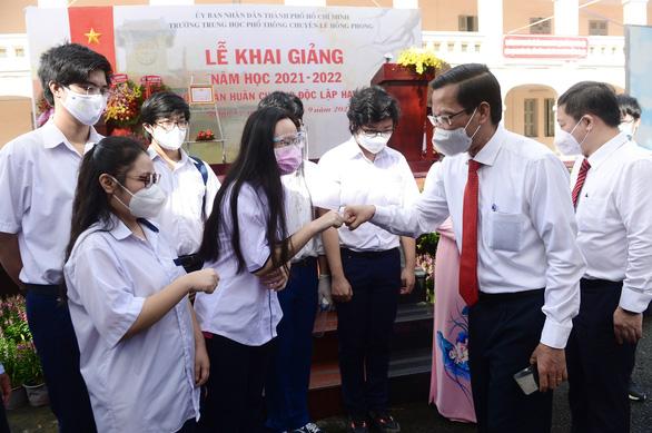 Mặc niệm nạn nhân mất vì COVID-19 trong lễ khai giảng ở trường Lê Hồng Phong - Ảnh 2.