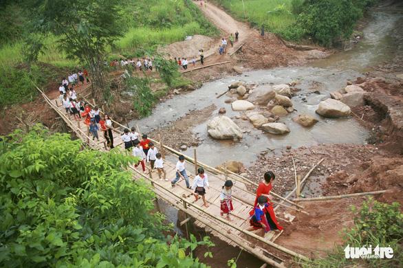 Điện Biên: Học sinh rốn lũ Nậm Nhừ không còn đi qua cầu tre dự lễ khai giảng - Ảnh 4.