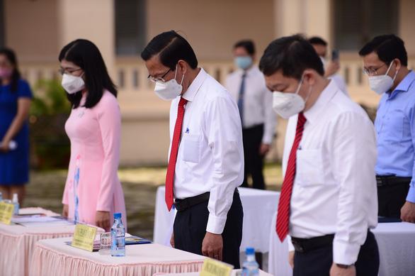 Mặc niệm nạn nhân mất vì COVID-19 trong lễ khai giảng ở trường Lê Hồng Phong - Ảnh 3.