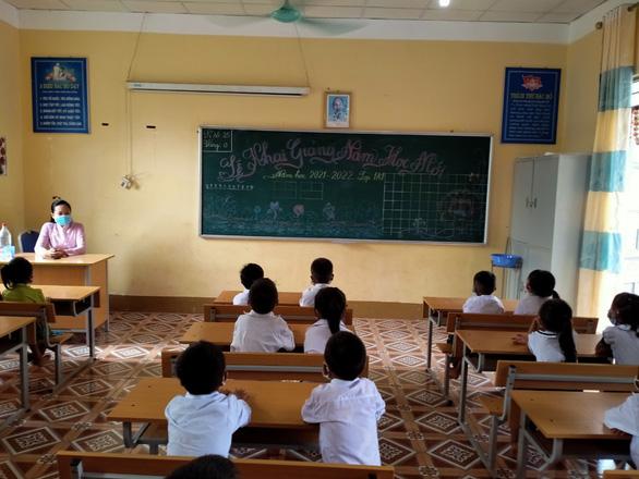 Điện Biên: Học sinh rốn lũ Nậm Nhừ không còn đi qua cầu tre dự lễ khai giảng - Ảnh 3.