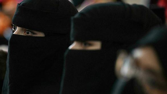 Taliban yêu cầu nữ sinh viên đại học mặc áo choàng và quấn khăn che mặt - Ảnh 1.