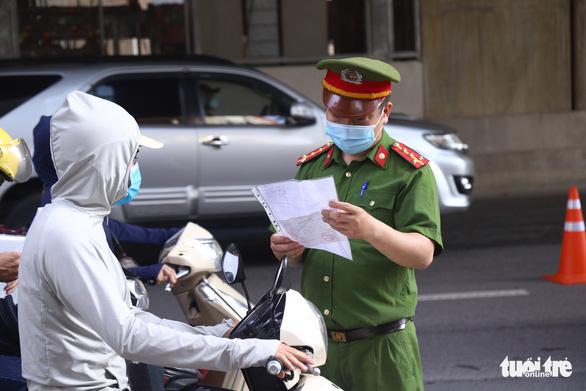 Ngày mai 6-9, Công an Hà Nội bắt đầu kiểm tra giấy đi đường có mã QR - Ảnh 1.