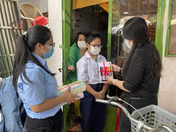 Học sinh khó khăn xúc động khi được tặng sách vở, máy tính bảng ngày khai giảng - Ảnh 2.