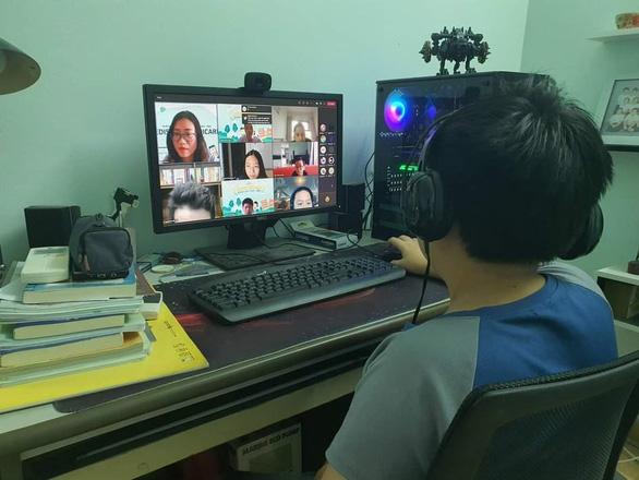 Bộ Giáo dục - đào tạo: Học trực tuyến khó khăn do thiếu thiết bị, thiếu dung lượng đường truyền - Ảnh 1.