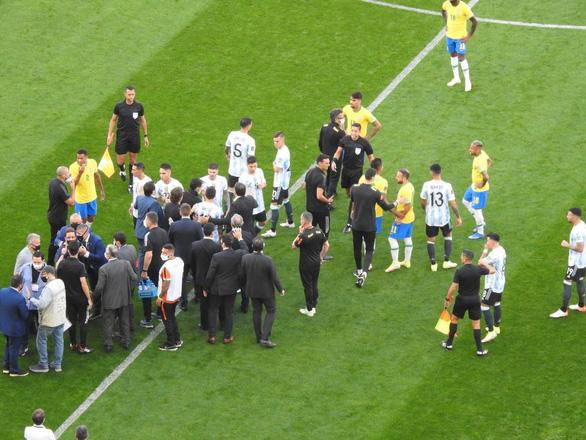 Đá 7 phút, Messi và cầu thủ Argentina ngừng thi đấu để phản đối cảnh sát Brazil - Ảnh 2.