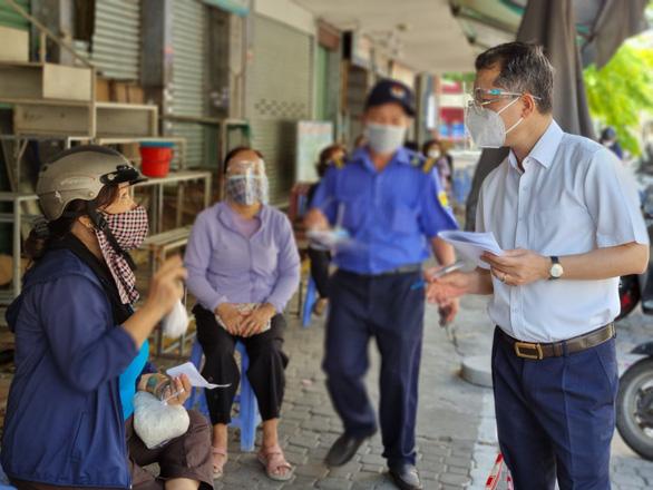 Bí thư Đà Nẵng bất ngờ ra chợ hỏi ý kiến người dân về công tác chống dịch - Ảnh 1.